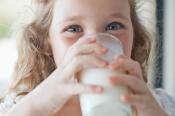 Giải đáp thắc mắc: Bé bị đầy bụng có nên uống sữa?